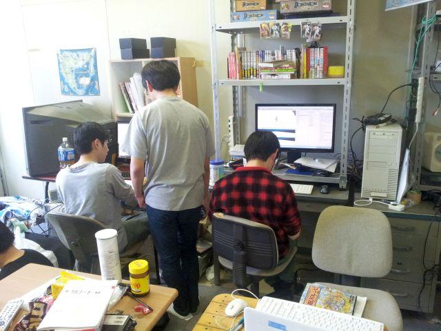 部室に集まって皆でゲーム製作中